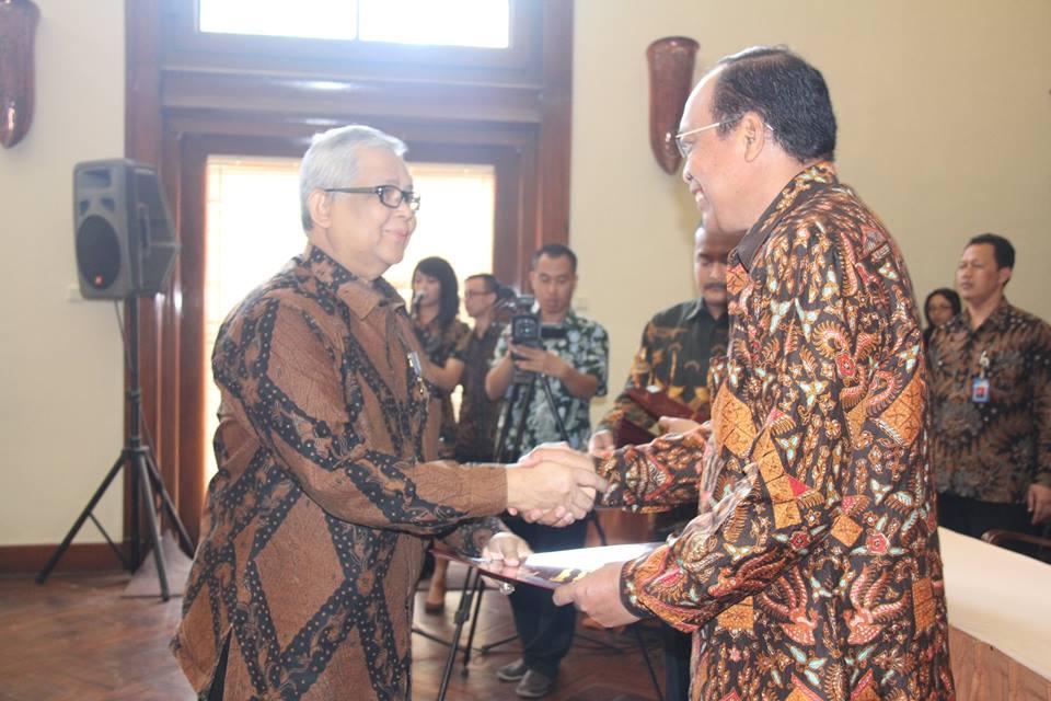 Prof. Dr. Ir. Budi Santoso Wignyosukarto, Dip, HE menyerahkan penghargaan Satyalancana Karya Satya 30 Tahun