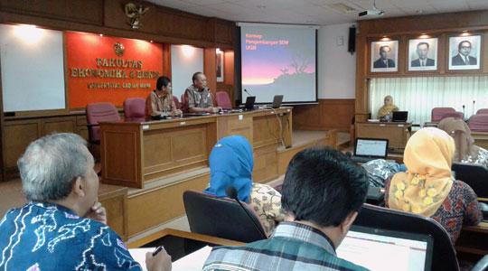 Wakil Rektor Prof. Dr. Ir. Budi Santoso Wignyosukarto, Dip.HE. memberikan pengarahan kepada peserta workshop.