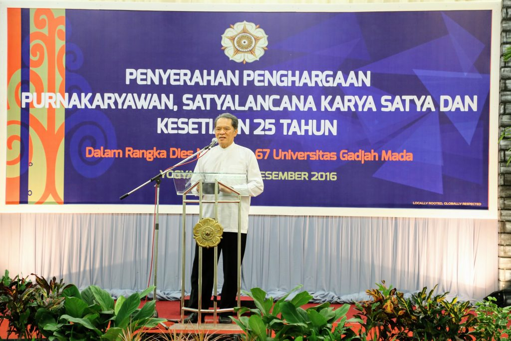 pimpinan-universitas-serahkan-penghargaan-satyalancana-karya-satya-kesetiaan-25-tahun-dan-purnakarya-4